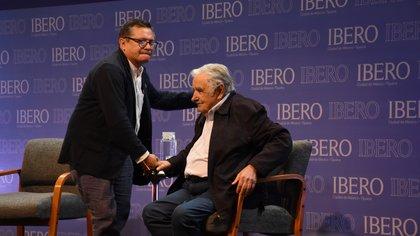 "Mujica recibió un ""honoris causa"" en la Universidad Iberoamericana de México"