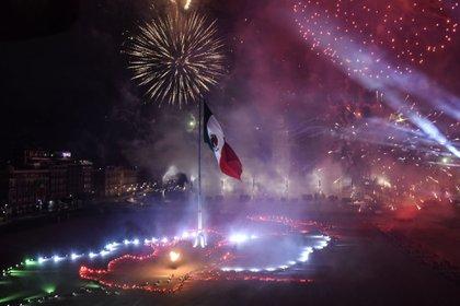 El Zócalo se iluminó con fuegos artificiales y luminaria que aludía a la guerra por la Independencia de México (Foto: Cuartoscuro)