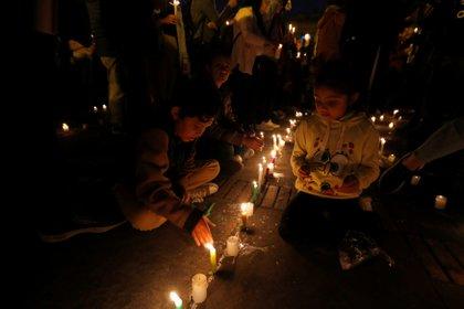 Niños encienden velas por líderes sociales asesinados en la Plaza de Bolívar. (REUTERS/Luisa Gonzalez)