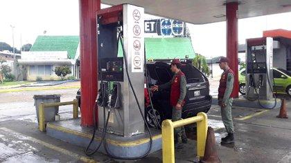 Las estaciones de combustibles son custodiadas por militares