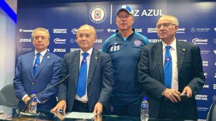 Guillermo Álvarez, Alfredo Álvarez, Víctor Garcés, junto a Robert Dante Siboldi, director técnico de Cruz Azul (Foto: Twitter @Historia_Azul)