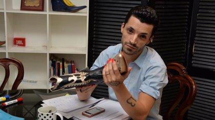 Nicolás en su estudio, mientras diseña su propia línea de zapatos (Cora Lia Fico)