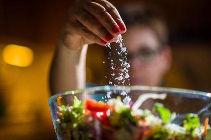 Regular el consumo de sal es uno de los consejos en los que coinciden los especialistas a la hora de adoptar hábitos saludables