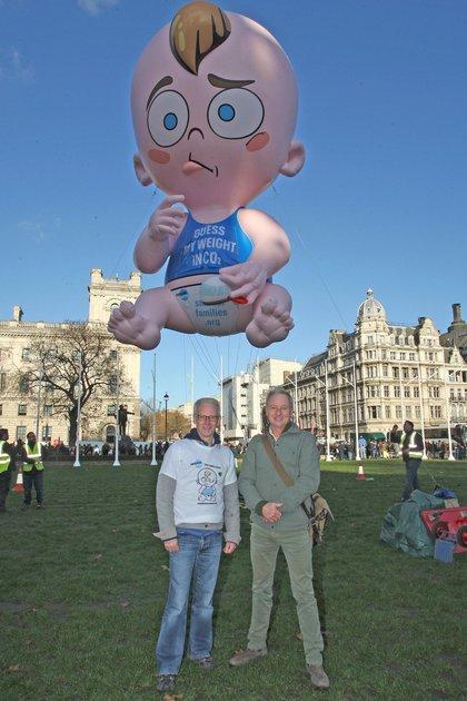 Alistair Currie junto a Robin  Maynard, director de Population Matters. Detrás, el globo Big Baby, que utilizan en sus campañas para alertar por el creciente consumo de dióxido de carbono (CO2) por la superpoblación
