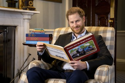 """En esta foto de enero de 2020 y puesta a disposición el lunes 27 de abril de 2020 por Mattel, el príncipe Harry posa para una foto durante la grabación de su introducción al nuevo especial animado """"Thomas & Friends: The Royal Engine"""""""
