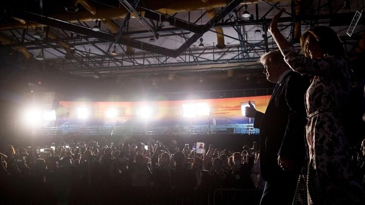 Donald y Melania Trump saludan a las personas que se congregaron en la Universidad de Florida (AP)