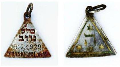 El colgante hallado en el campo de exterminio Sobibor, en Polonia, es idéntico al que tenía Anna Frank. Se intenta determinar cómo llegó hasta allí