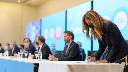 Tolosa Paz firmó convenios de cooperación mutua con la provincia de La Rioja