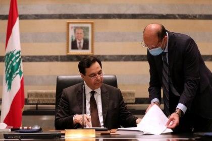 El ministro de Salud Hamad Hasan junto al primer ministro Diab (REUTERS/Mohamed Azakir)