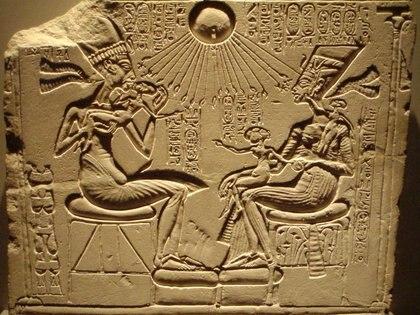 """Akenaton, Nefertiti y sus tres hijas con """"cabezas alienígenas"""", según el autor"""