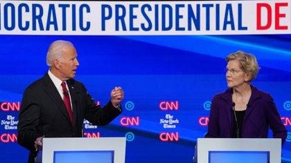 Los precandidatos presidenciales Joe Biden y Elizabeth Warren (Reuters)
