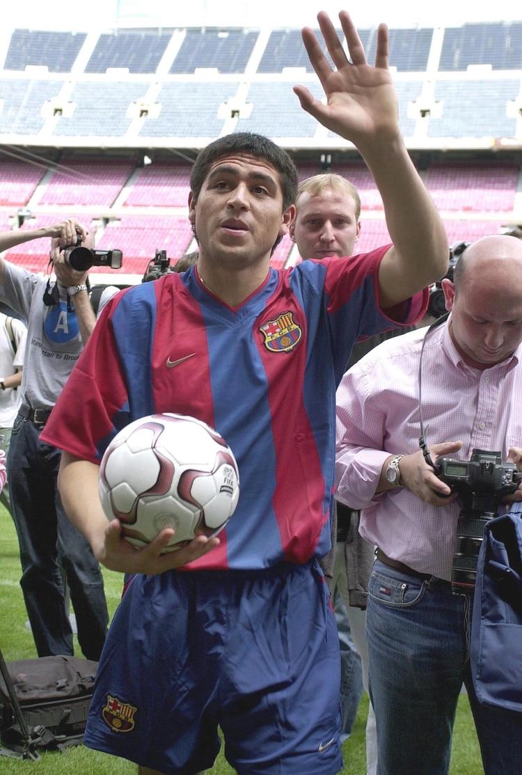 El 15 de julio del 2002 hizo su presentación formal en el Camp Nou (Foto: AFP)