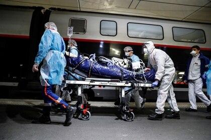 Traslado de un paciente con coronavirus en un tren de alta velocidad en París (Reuters)