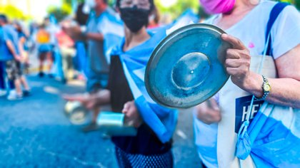 Los manifestamente se acercaron con carteles, banderas argentinas y caceloras para reclamar en repudio al escándalo del vacunatorio Vip(Christian Heit)