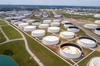 FOTO DE ARCHIVO: Los tanques de almacenamiento de crudo se ven en una fotografía aérea en el centro de petróleo de Cushing en Cushing, Oklahoma, EEUU (REUTERS / Drone Base /archivo)