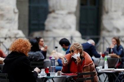 Un bar al aire libre en Roma (REUTERS/Yara Nardi)