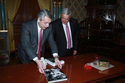 Alberto Fernández le entregó a López Obrador los regalos que compró en el Museo Evita