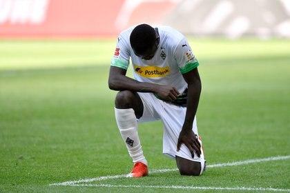 Marcus Thuram se arrodilló sobre el césped al festejar su gol en la Bundesliga