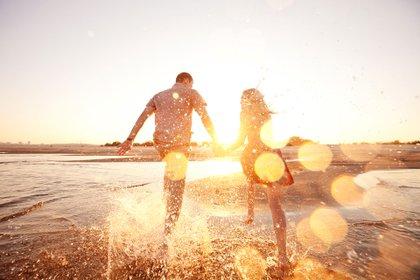 Para Cabanas, en las últimas décadas la felicidad ha sido una de las industrias que más fuertemente ha crecido y que más beneficios ha dado, porque capitaliza el malestar y se nutre también de él (Shutterstock)