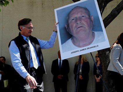 Fotografía tomada en abril de 2018 en la que se registró a un oficial al acomodar en un caballete un retrato policial del presunto criminal Joseph James DeAngelo, acusado de trece asesinatos y más de 40 violaciones cometidas hace unos 40 años en California y conocido como el asesino del Golden State, en Sacaramento (California, EE.UU.). EFE/John G. Mabanglo/Archivo