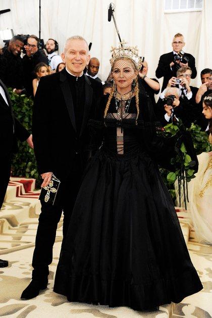 """Jean Paul Gaultier y Madonna posaron juntos para la alfombra roja. Siempre los críticos de moda están a la espera del look de la reina del pop, sin embargo esta vez """"defraudó"""". Su vestido fue firmado por Gaultier con mix de texturas, transparencias, una cruz a lo largo del torso con cruces en colgantes y tiara. """"El velo compitió protagonismo con varios detalles del vestido, pero las dos trenzas no fueron un acierto en cuanto a su peinado"""", opinó Laura Malpeli de Jordaan"""
