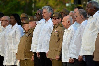 El Primer Secretario del Partido Comunista de Cuba Raúl Castro Ruz y el Presidente Miguel Díaz-Canel en el 60º Aniversario de la Revolución Cubana en el Cementerio de Santa Ifigenia en Santiago de Cuba (Yamil Lage/Pool via Reuters)