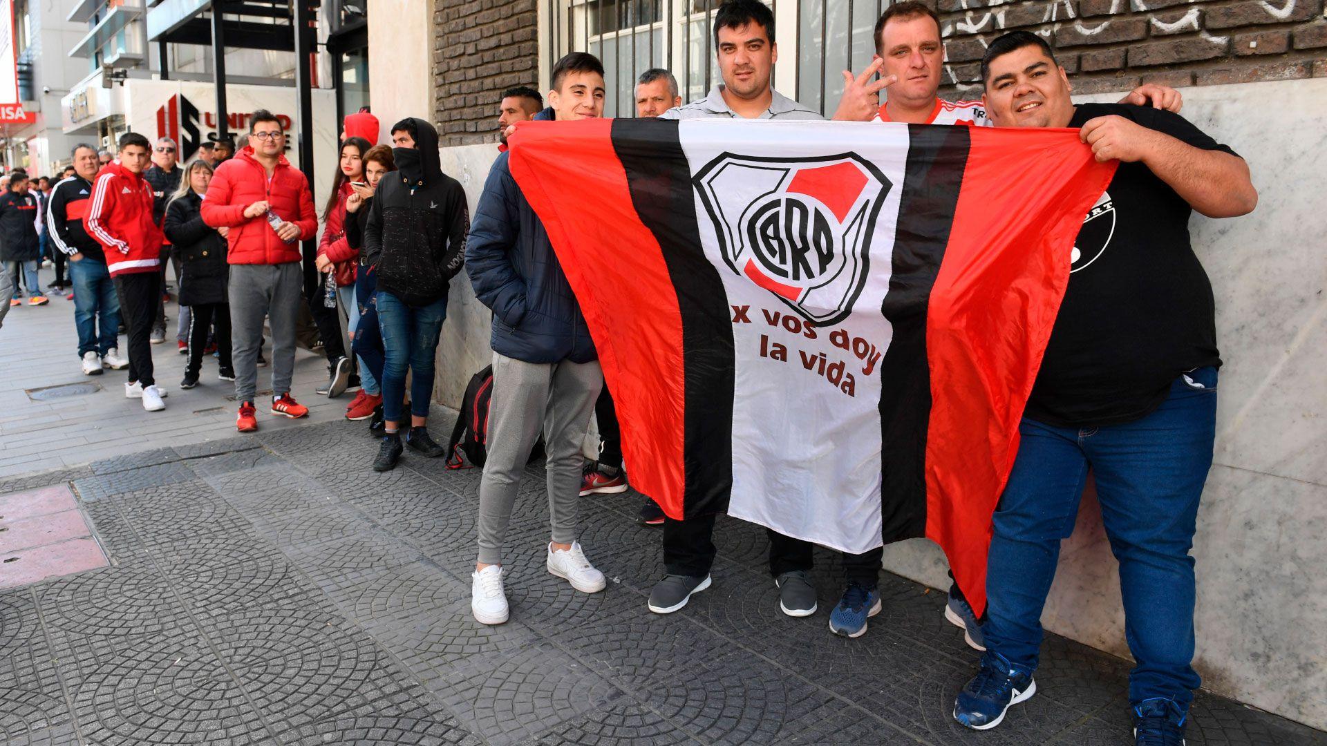 Banderas, camisetas y gorros con los colores del elenco local adornaron las calles de Núñez