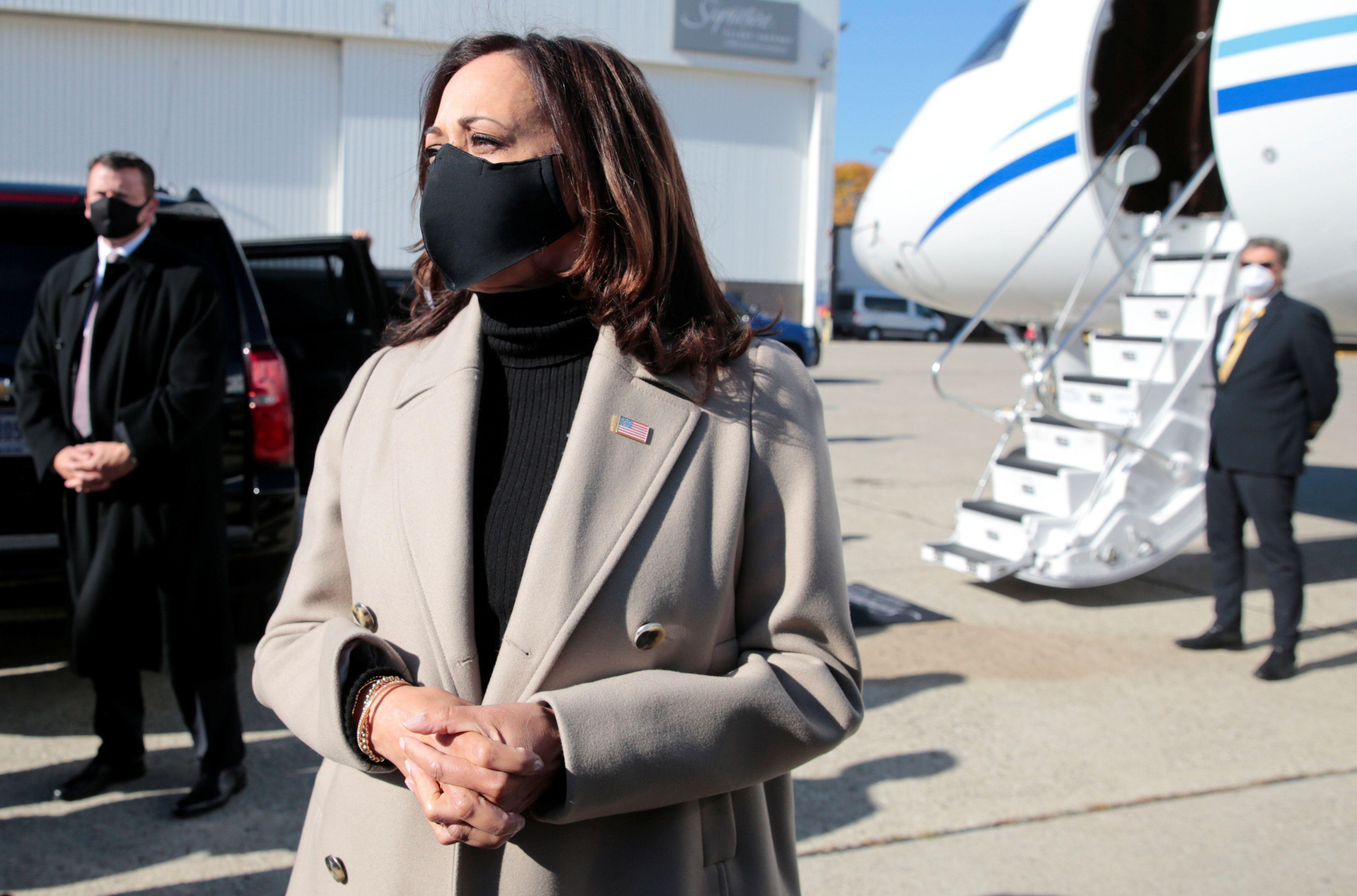 La candidata demócrata a la vicepresidencia Kamala Harris llega al aeropuerto Metro de Romulus en Michigan. REUTERS/Rebecca Cook