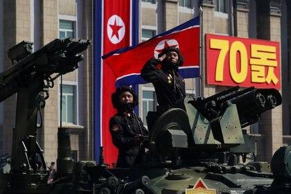 Un soldado saluda mientras monta un tanque durante un desfile militar que marca el 70 aniversario de la fundación de Corea del Norte en Pyongyang, Corea del Norte, el 9 de septiembre de 2018. (REUTERS / Danish Siddiqui)