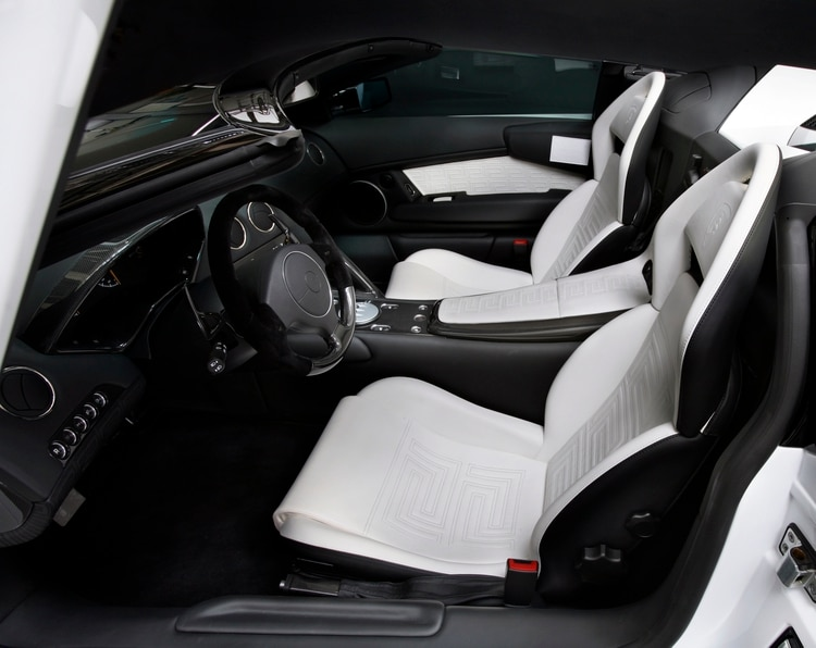 El interior especial de cuero blanco diseñado especialmente por Versace.