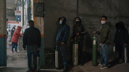 Filas para rellenar tanques de oxígeno en un centro privado autorizado por el gobierno en Ciudad de México