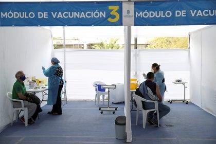 Trabajadores sanitarios aplican la vacuna contra el coronavirus de Sinovac, en un centro de vacunación en Santiago de Chile (REUTERS/Ivan Alvarado)