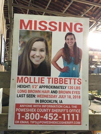 Uno de los tantos carteles que se veían sobre Mollie Tibbetts en Brooklyn, Iowa