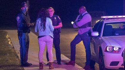 Genae Cook, portavoz de la Policía, habla con una persona que busca información sobre las personas que se encontraban dentro del edificio de FedEx (Mykal McEldowney/The Indianapolis Star vía AP)