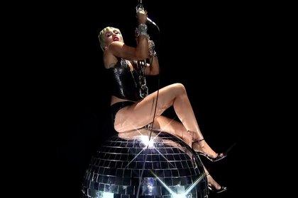 """La cantante llamó la atención por su presentación que es similar al video de """"Wrecking Ball"""" (Foto: MTV)"""