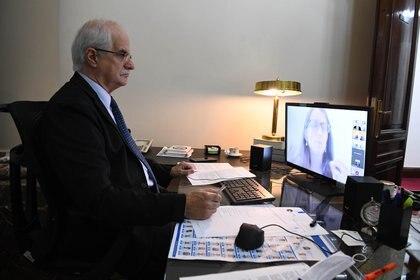 El senador Jorge Taiana fue uno de los vacunados en el Ministerio de Salud