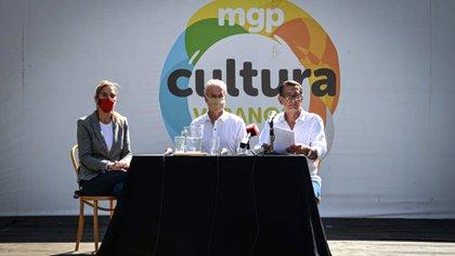 La conferencia de prensa en Villa Victoria donde se conoció al autor, sentado a la derecha junto al Secretario de Cultura Carlos Balmaceda y la Directora de Restauración de Monumentos Históricos, Costanza Addiechi