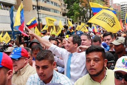 Presidente encargado de Venezuela, Juan Guaidó, rodeado por simpatizando en una marcha