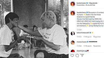Una de las fotos que más sorprendió a los seguidores de la actriz, junto a una mujer que acaricia su rostro (Foto: Instagram)