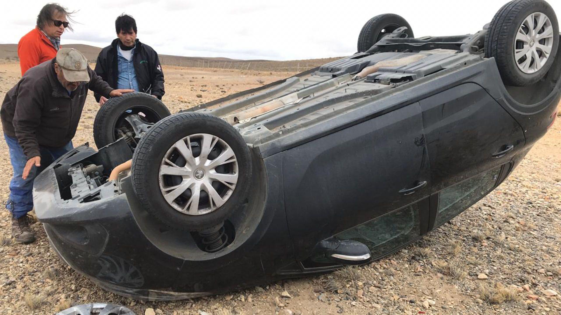 En el tramo entre Tres Cerros y Fitz Roy, la Legisladora santacruceña protagonizó un siniestro vial a bordo de su Peugeot 208, que quedó con las cuatro ruedas hacia arriba.