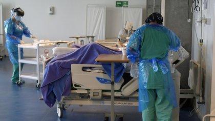 13/07/2020 13 July 2020, Chile, Iquique: Medics attend to coronavirus patients at a ward of a field hospital built at the Tierra de Campeones stadium. Photo: Cristian Vivero Boornes/Agencia Uno/dpa POLITICA INTERNACIONAL Cristian Vivero Boornes/Agencia / DPA