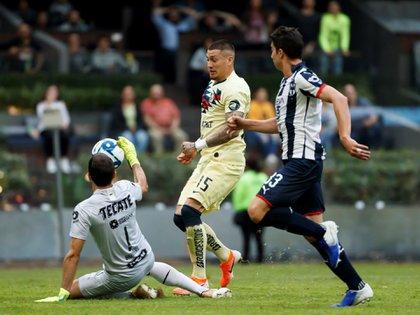 Nicolás Castillo disputa el balón con Marcelo Barovero y con John Medina de Monterrey (EFE/José Méndez)