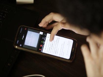 A pesar de que hay un 83% de usuarios con conexión de internet en teléfonos celulares, casi la mitad lo hace a través de redes 2G y la penetración de banda ancha únicamente llega al 21% en Bolivia. EFE/Carlos Lemos/Archivo