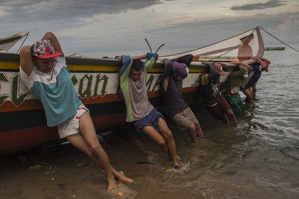 Pescadores de la familia Marval llegan de pescar toda la noche (AP)