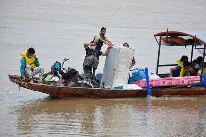 Refugiados venezolanos cruzan el río Arauca hacia Colombia