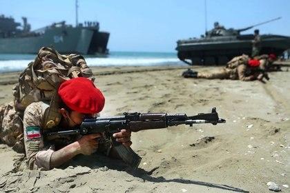 """En estos ejercicios, denominados """"Zolfaqar 99"""", participan unidades de la Fuerza Naval, la Fuerza Aérea y la Fuerza Terrestre"""