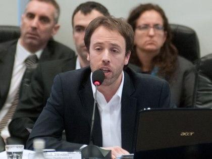 El ministro de Economía Pablo López estuvo anoche en el Senado explicando detalles de la norma