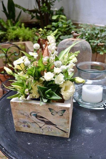 Para el jardín o terraza de una casa, la especialista preparó un arreglo de conejitos, suculentas, eustomas, astromelias, rosas spray y bastones de margaritas