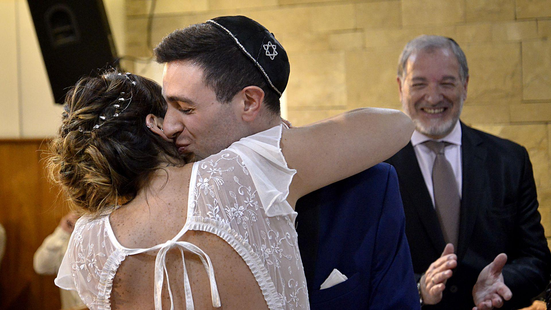 Besos y abrazos entre Carla y Nicolás, luego de dar el sí