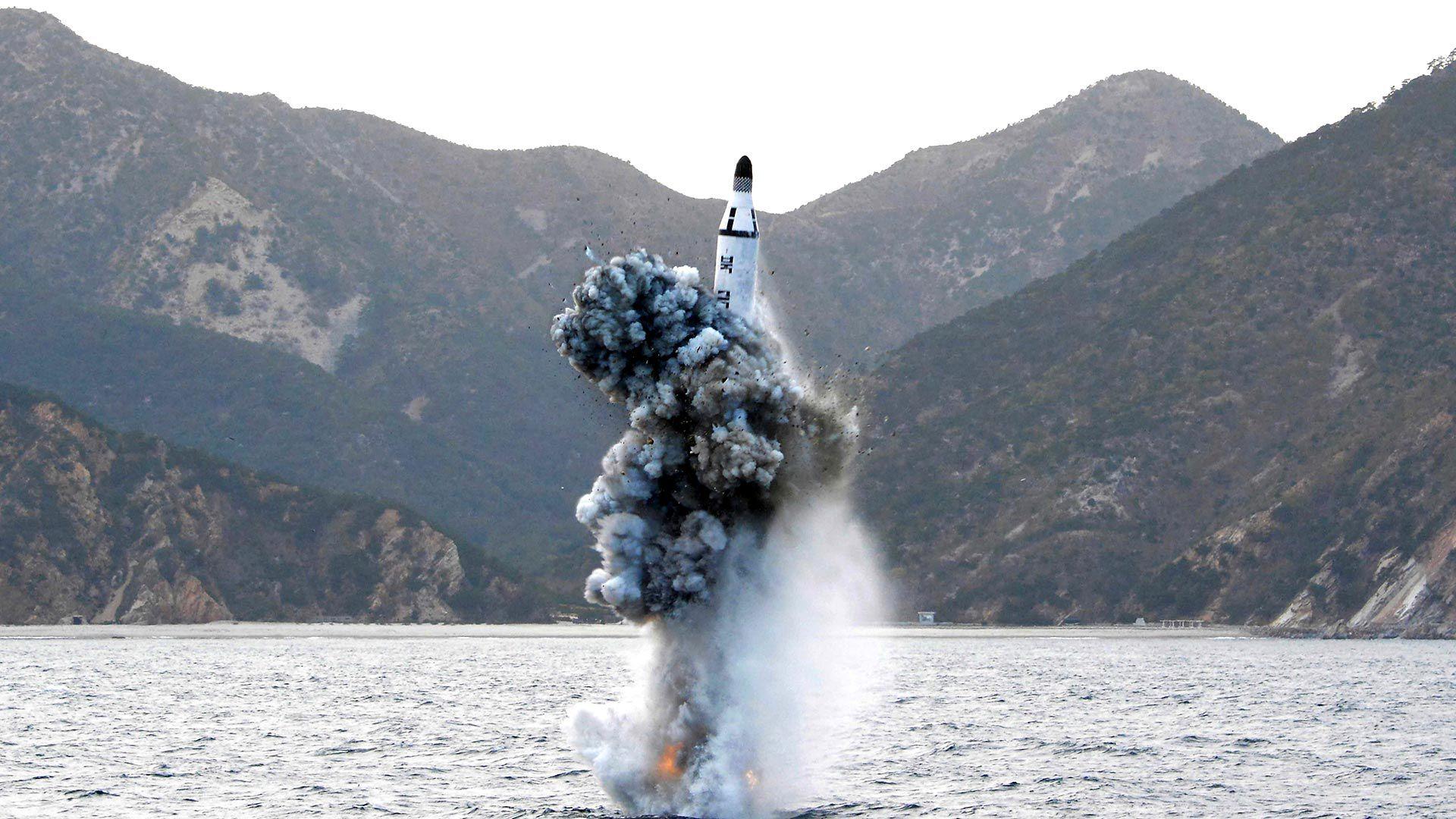 Un misil Pukkuksong-1, con capacidad nuclear, es disparado por un submarino norcoreano durante un ensayo de 2016 (Reuters)